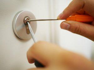 aprire una porta con la chiave che gira a vuoto