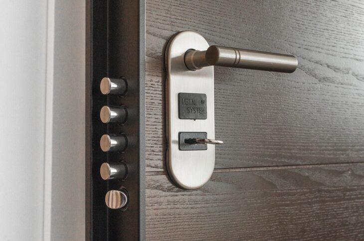 aprire porta con chiave dentro